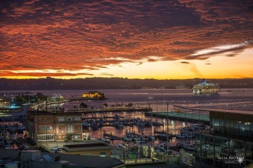 """El buque """"Aurora"""" (derecha) es recibido con este especular amanecer en La Coruña"""