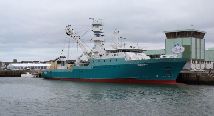 """El buque atunero congelador """"Gevred"""", visto en toda su eslora por la banda de estribor"""