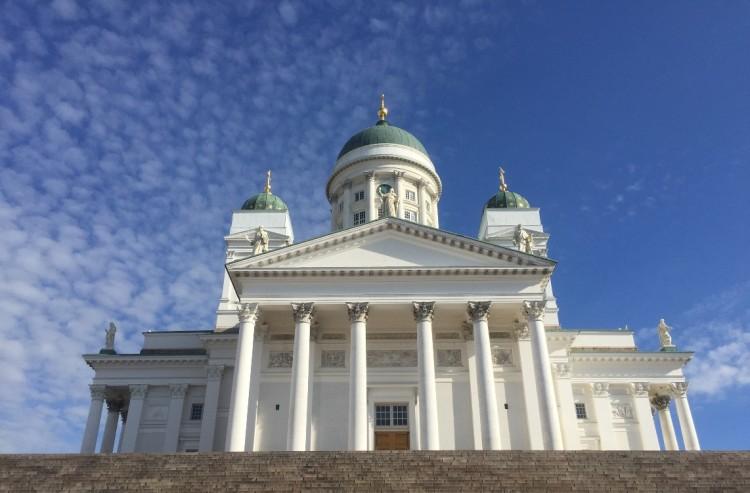 La imponente catedral luterana de Helsinki, vista desde las escalinatas de la Plaza del Senado