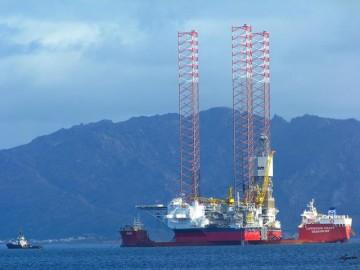 """El buque dique """"Hawk"""", fondeado al resguardo de cabo Fisterra"""