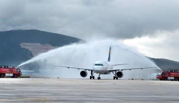 Recibimiento al primer vuelo de Lutthansa en el aeropuerto de Pamplona