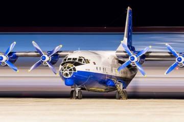 El avión An-12BK de Ruby Star, aparcado en Tenerife Sur