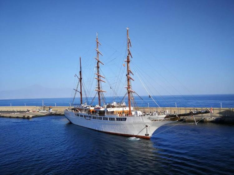 """El buque """"Sea Cloud II"""" maniobra en el puerto de San Sebastián de La Gomera"""