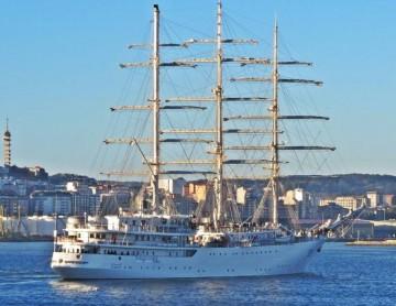 """El buque-escuela argelino """"El Mellah"""", a su llegada esta mañana al puerto de A Coruña"""