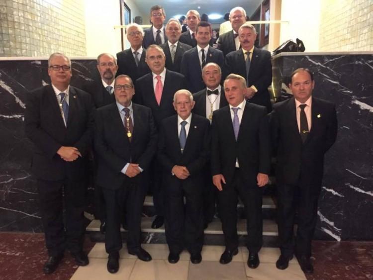 Foto de familia de los académicos asistentes al homenaje a los profesores Darías Príncipe y Melón Rodríguez