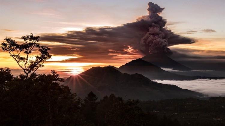 La erupción del volcán Agung tiene en vilo a la paradisiaca isla de Bali