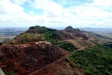 Vista aérea de Cerro Bolívar, importante yacimiento de hierro a cielo abierto