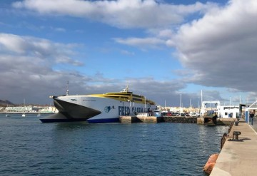 """El catamarán """"Bonanza Express"""", atracado en el puerto de Corralejo"""