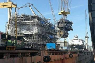 """El motor principal, desplazado por la grúa pórtico, para su instalación en el petrolero """"Monte Urbasa"""""""