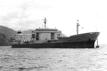 """El petrolero soviético """"Leonardo da Vinchi"""", con el ancla a la pendura, en aguas de Santa Cruz de Tenerife (1969)"""