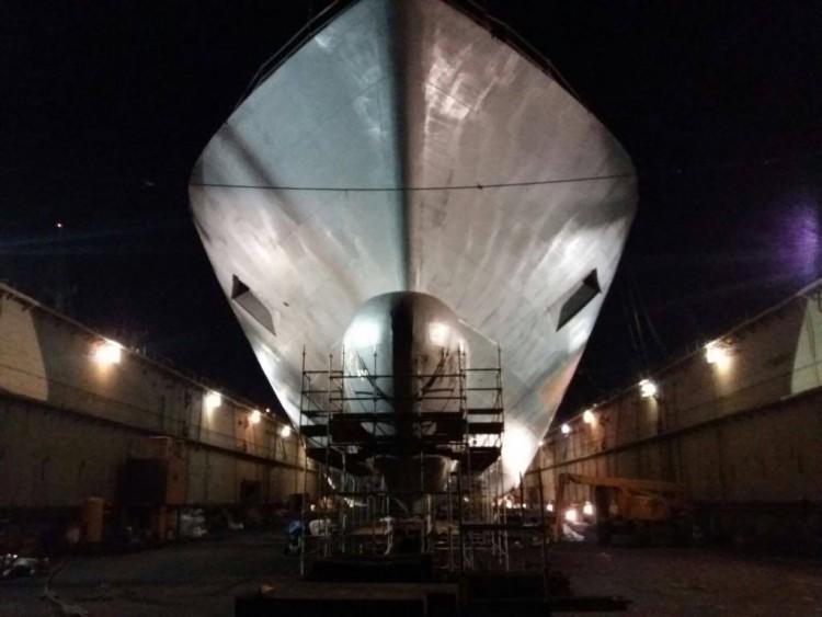 Vista nocturna de la proa del nuevo buque de Trasmediterránea