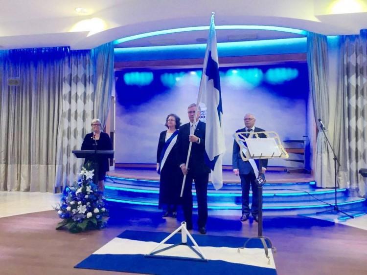 La bandera de Finlandia preside los actos conmemorativos