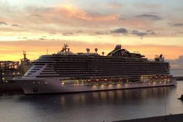 """El buque """"MSC Seaside"""", esta mañana, en la maniobra de atraque en el puerto de Santa Cruz de Tenerife"""