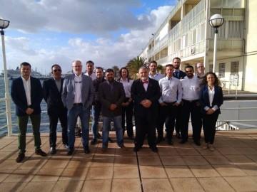 Los nuevos oficiales, con el capitán marítimo y otros miembros del tribunal examinador