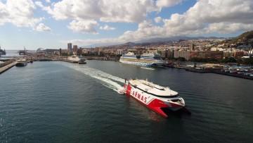 """El catamarán """"Volcán de Teno"""", a su salida del puerto de Santa Cruz de Tenerife"""