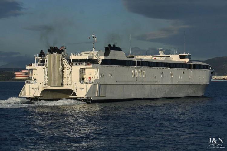"""El catamarán USA """"Westpac Express"""", en viaje de La Valetta a Liverpool, hace escala en Algeciras"""