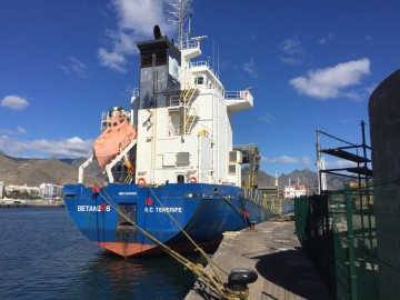 """El buque """"Betanzos"""", visto de popa, atracado en la Dársena de Los Llanos del puerto tinerfeño"""