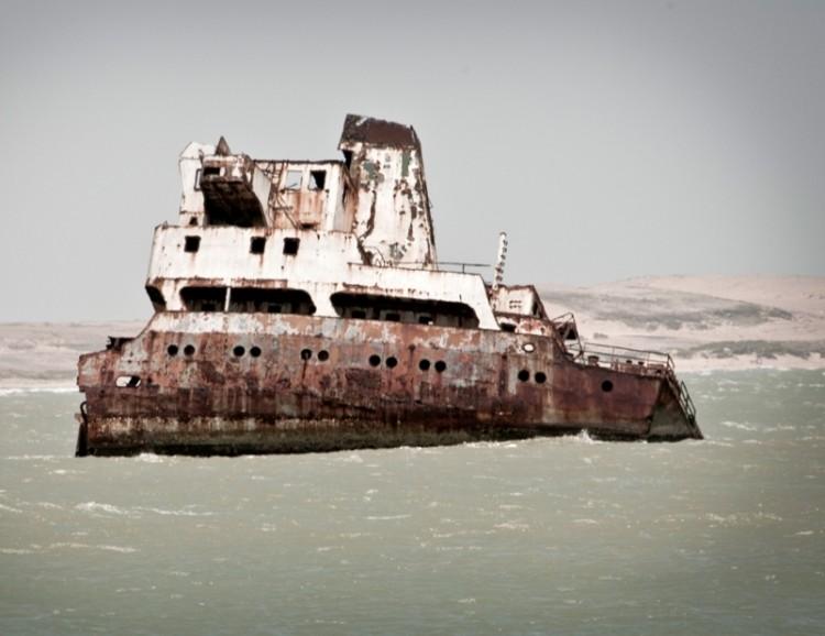 """La sección de popa del buque """"Denisse Marie"""" todavía emerge"""