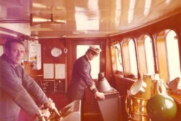"""El oficial radioelectrónico José Miguel Mandillo Roig y el marinero de guardia, René, en el puente del buque """"Ciudad de Teruel"""""""