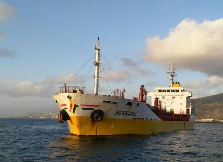 """El buque asfalto """"Herbania"""", de la flota de Distribuidora Maritima Petrogás"""