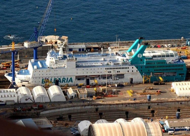 """El buque """"Regina Baltica"""", durante su estancia en el dique seco de Gibraltar"""