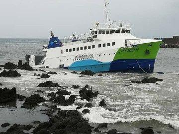 """El ferry """"Mestre Simao"""" está atrapado entre las rocas"""