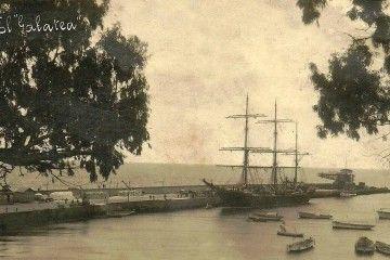 """El buque-escuela """"Galatea"""", con el casco pintado de negro, atracado en el puerto de Santa Cruz de La Palma"""