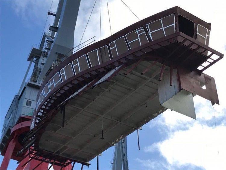 izada de la estructura del puente de mando del nuevo buque de Trasmediterránea