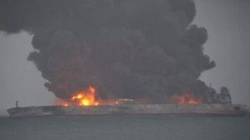 """El petrolero """"Sachi"""" sigue en llamas y derrama petróleo al mar"""