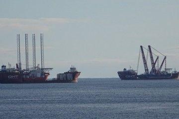 """Los buques """"Albatross"""" (izq.) y """"Osprey"""", fondeados al resguardo de Finisterre"""