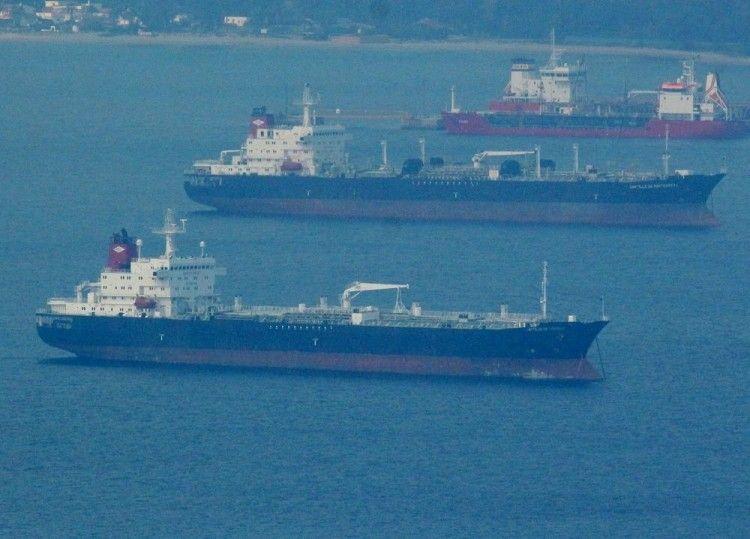 """Los petroleros """"Castillo de Trujillo"""" y """"Castillo de Monterreal"""", fotografiados desde Gibraltar"""