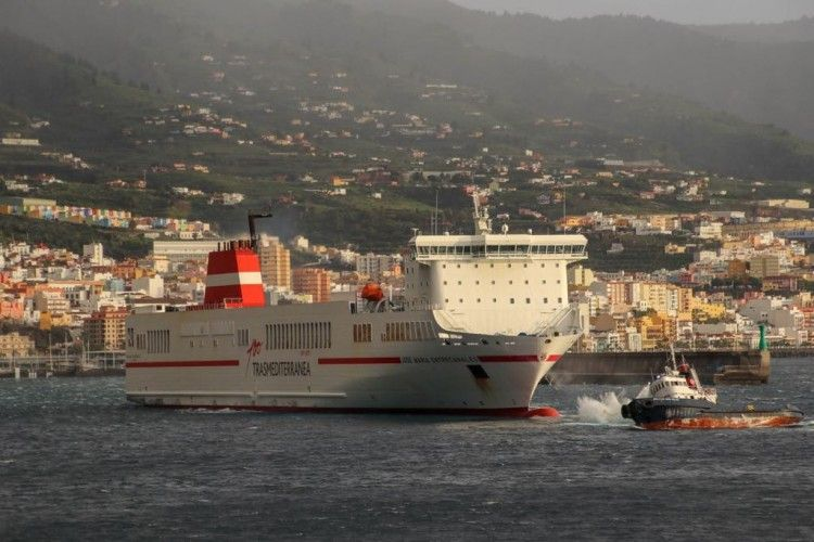 """Segundo intento de atraque del buque """"José M. Entrecanales"""". Obsérvese el balance del remolcador"""