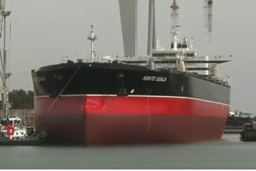 """Vista de proa del petrolero """"Monte Udala"""", en el astillero de Puerto Real"""
