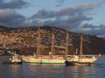 """El buque-escuela """"Juan Sebastián de Elcano"""", maniobra en el puerto de Funchal"""