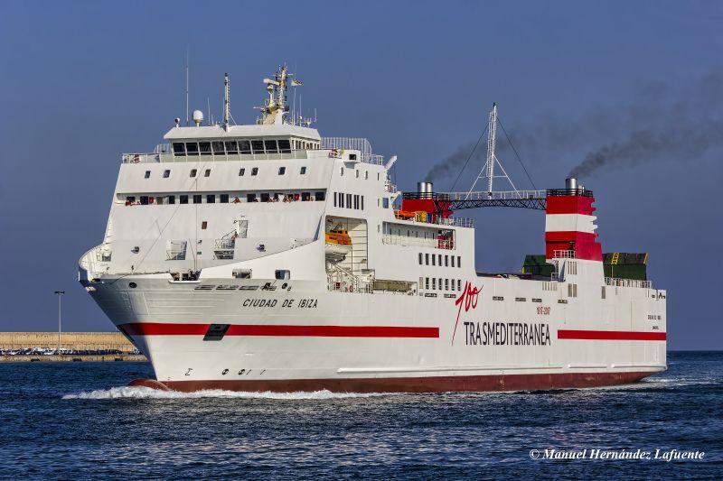 El Ferry Ciudad De Ibiza Enarbola Bandera Espanola Puente De