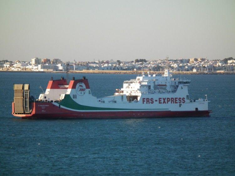 """El buque """"Al Andalus Express"""", fondeado en aguas de la bahía de Cádiz"""