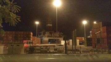 """La plataforma a la deriva embistió al buque """"Spica"""" en el dique del Este"""