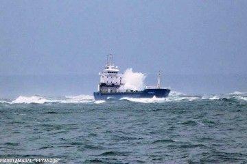 """El buque """"Betanzos"""", varado en un bajo a la salida de Lisboa"""