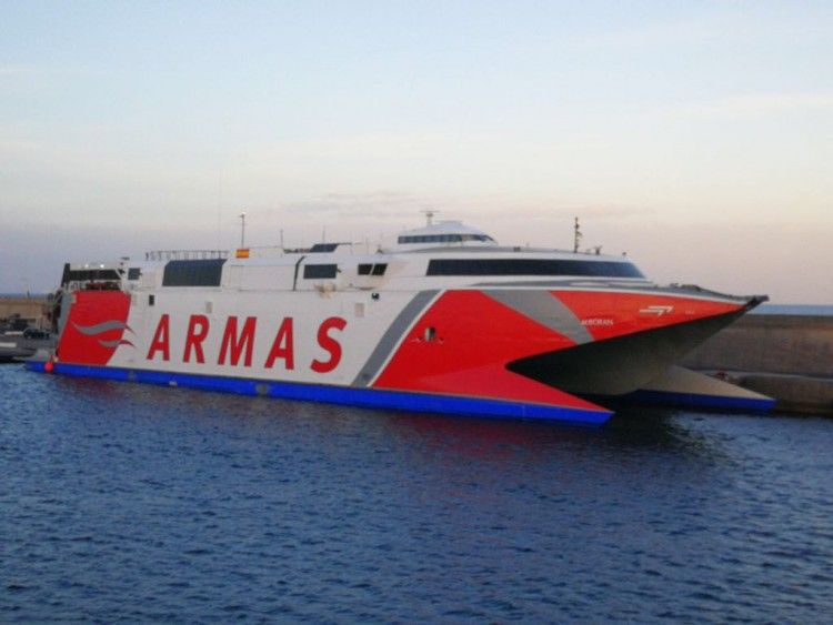"""El catamarán """"Alboran"""" es propiedad de Trasmediterránea y está fletado por Naviera Armas"""