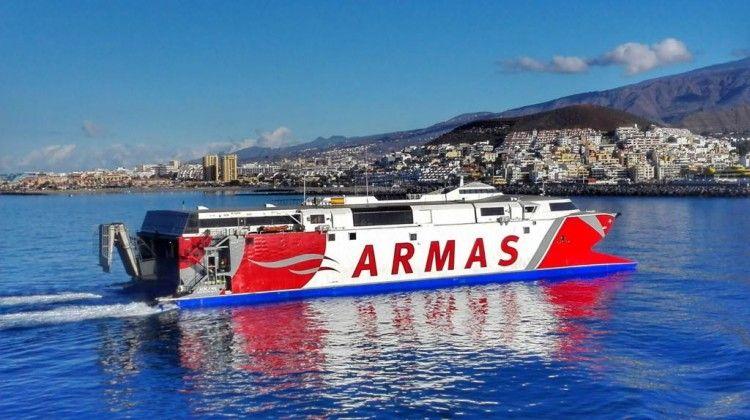 """El catamarán """"Alborán"""", a su llegada al puerto de Los Cristianos"""