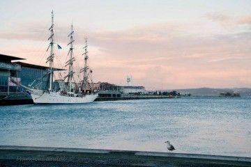 """El buque-escuela noruego """"Christian Radich"""", atracado en el puerto de A Coruña"""