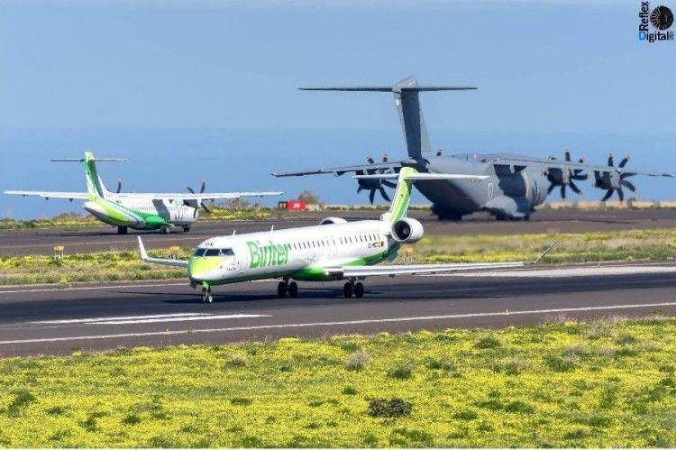 El avión A400M, entre dos aviones de Binter