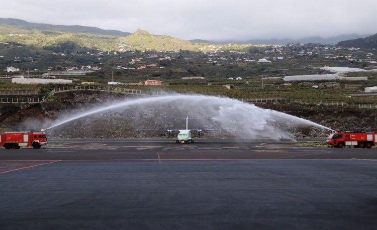 Los bomberos del aeropuerto de La Palma dan la bienvenida al nuevo avión de Binter