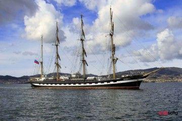 """El buque-escuela ruso """"Kruzenshtern"""", a su llegada a Vigo"""