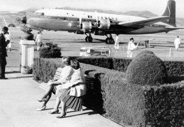 Un avión Douglas DC6B de Sabena, visto desde los jardines del aeropuerto de Los Rodeos