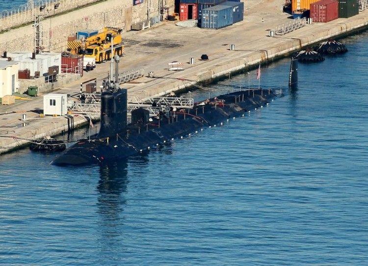 """El submarino USS """"John Warner"""", atracado en el puerto de Gibraltar"""