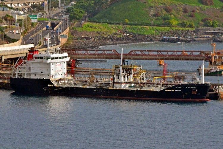 """El buque asfaltero """"Castillo de Pambre"""", atracado en la terminal de CEPSA"""