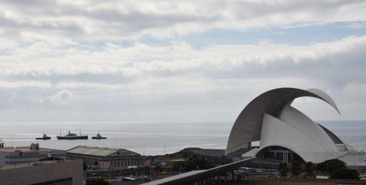"""El buque """"La Palma"""", durante su traslado a la Dársena de Los Llanos"""