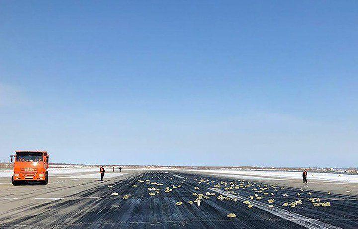Parte de la carga de lingotes de oro, esparcida en la pista de vuelo