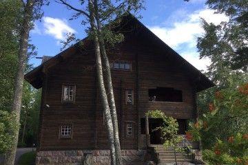 La imponente villa rural está construida en pino finlandés